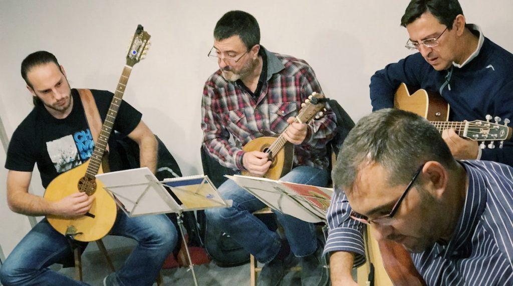 Clases de mandolina folk en la Escuela A Píntega Marela de Madrid